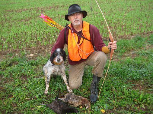 Une image contenant herbe, extérieur, chien, tenant  Description générée automatiquement